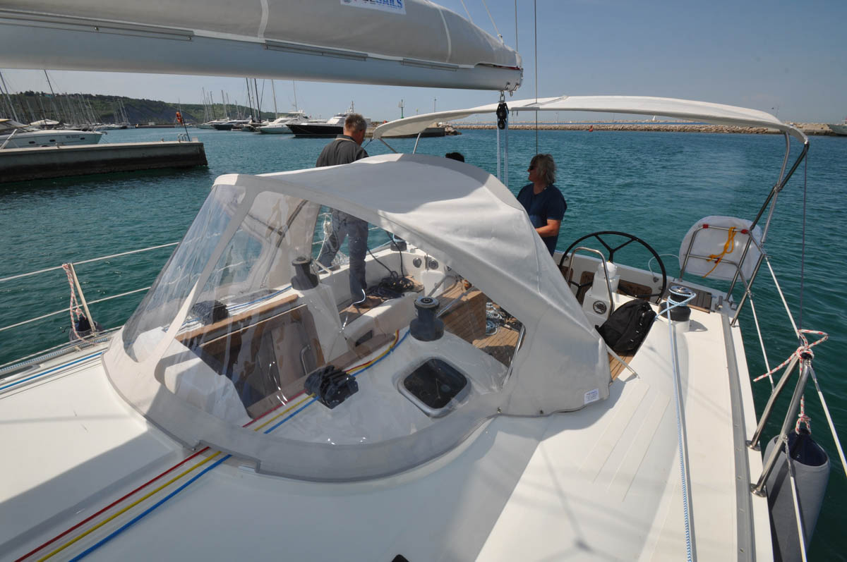BIMINI IN THE COCKPIT PROTECTS AGAINST THE SUN AND WIND
